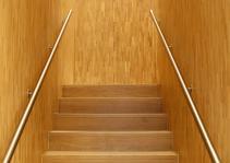 Klare Linien: Treppenhaus im Neubau