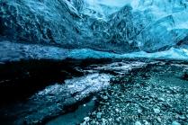 Selbst der steinige Boden der Höhle leuchtet blau