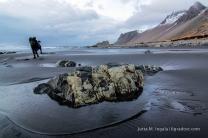 Kavú und geborstene Steine am Lavastrand