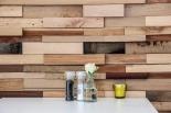 Treibholz an der Wand