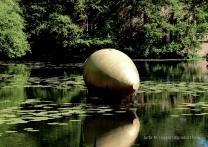 Orakel im Schlossgraben. Von James Lee Byars.
