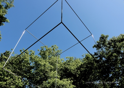 """""""Schwebender Kubus"""". Filigrane Skulptur von Günther Zins."""