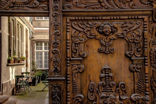 Idyllische Innenhöfe hinter prächtigen Portalen