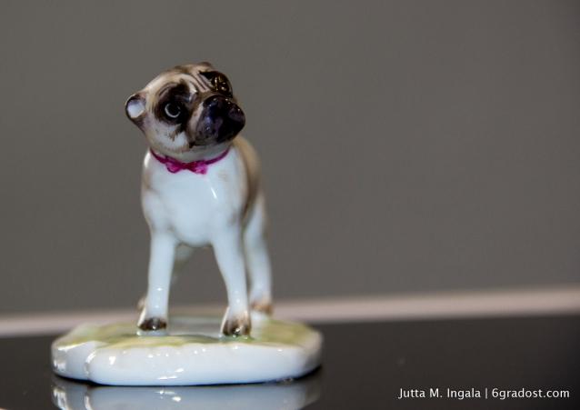 Entzückender Wegweiser durchs Museum: Mops Anna, Figur aus einer Rokoko-Gruppe