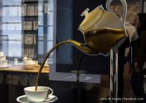Die Schnaupe der Teekanne hingegen sitzt tief, denn lose Teeblätter schwimmen