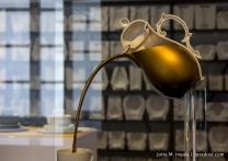 Damit Kaffeesatz auch am Boden bleibt, ist die Schnaupe der Kaffeekanne oben angesetzt