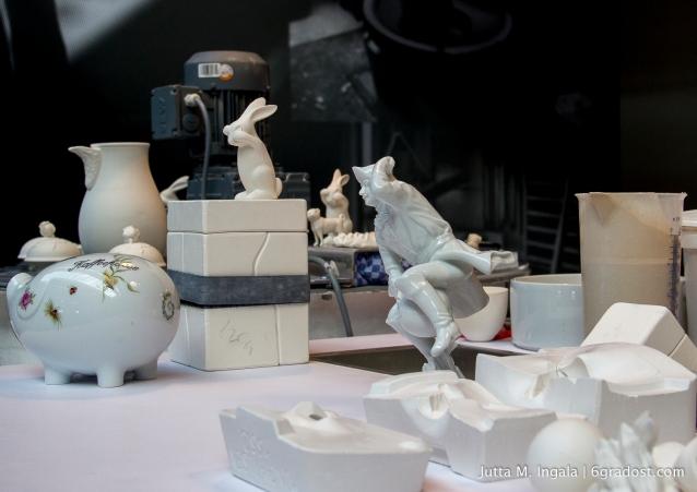 Porzellanfiguren werden in Einzelteilen geformt, ausgegossen und zusammengesetzt