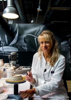Annett Marburg zeigt wie Durchbruchporzellan entsteht