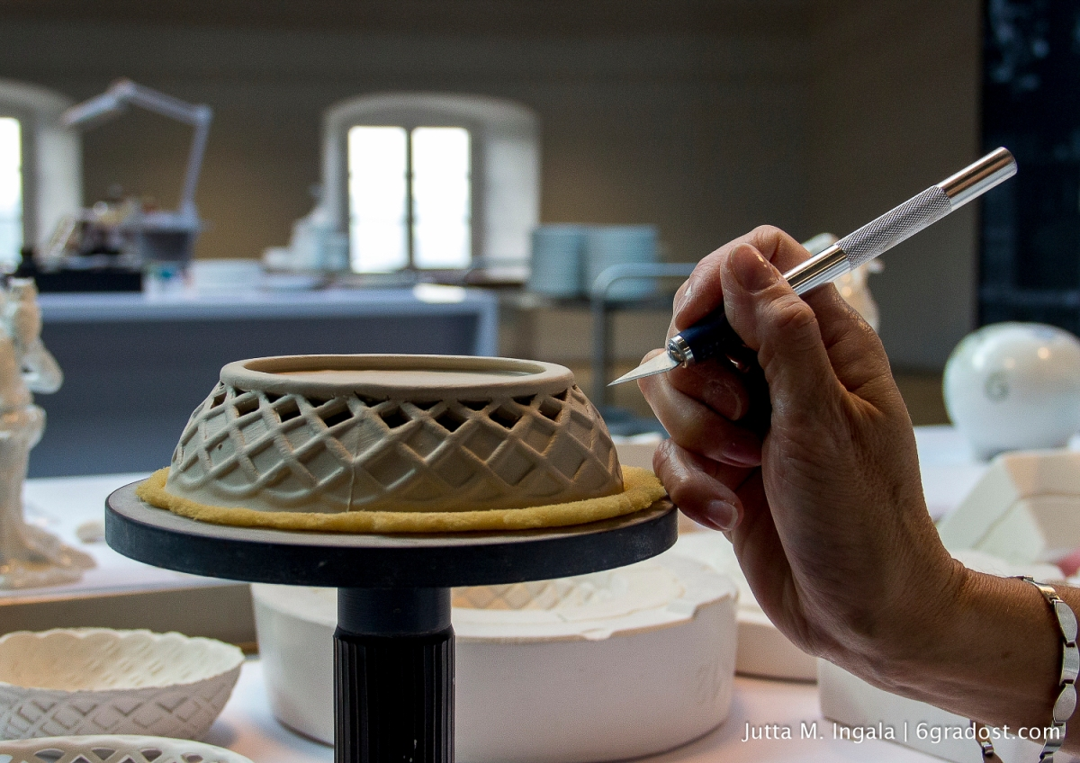 Entlang des reliefartigen Musters, das beim Formguss entstanden ist, wird die Porzellanmasse ausgeschnitten