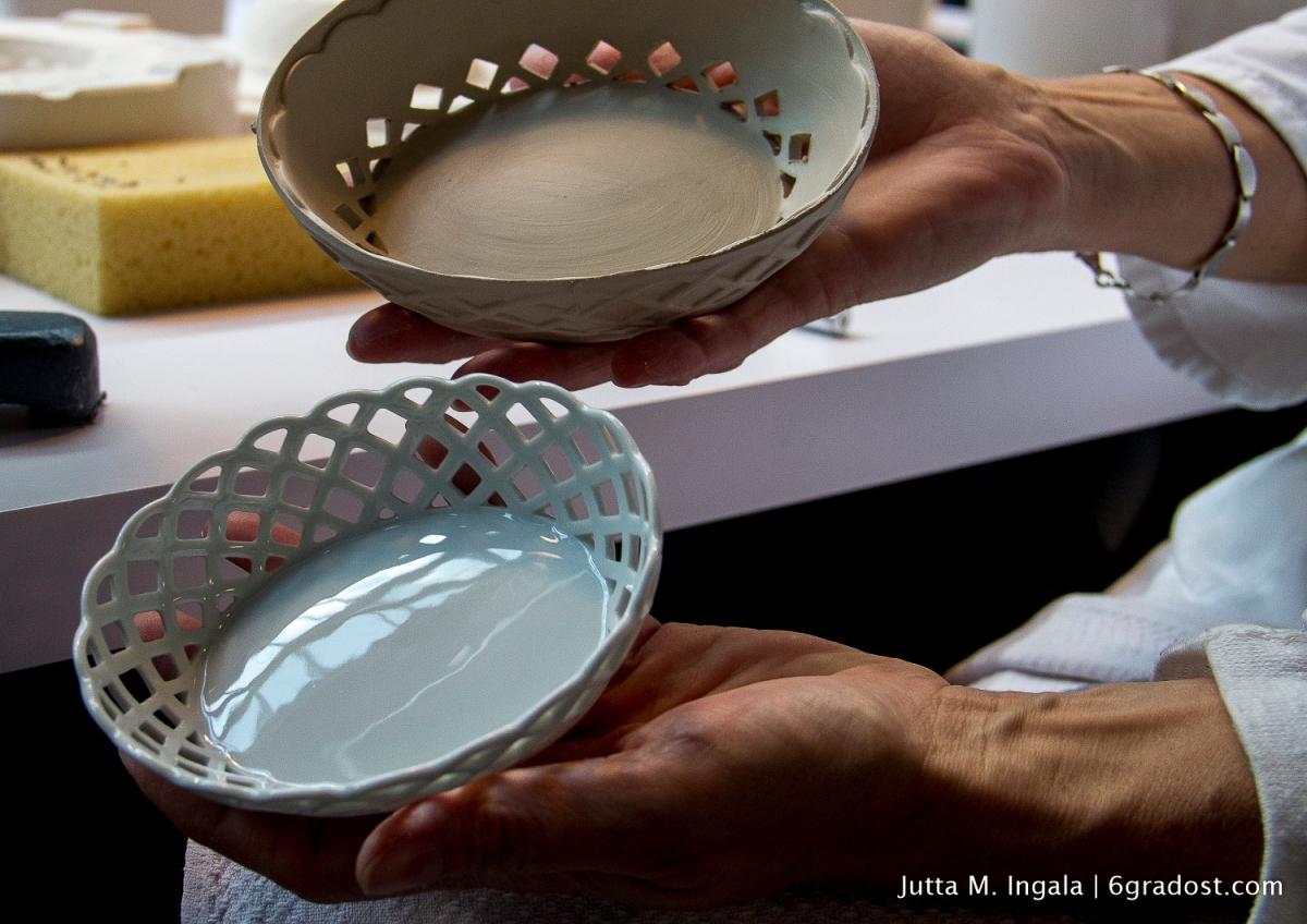 Porzellanrohling und fertigt gebrannte Schale mit kunstvollem Durchbruch