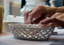 Überstehende Porzellanmasse wird mit dem Skalpell entfernt