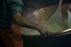 Käsebruch aus der Molke heben