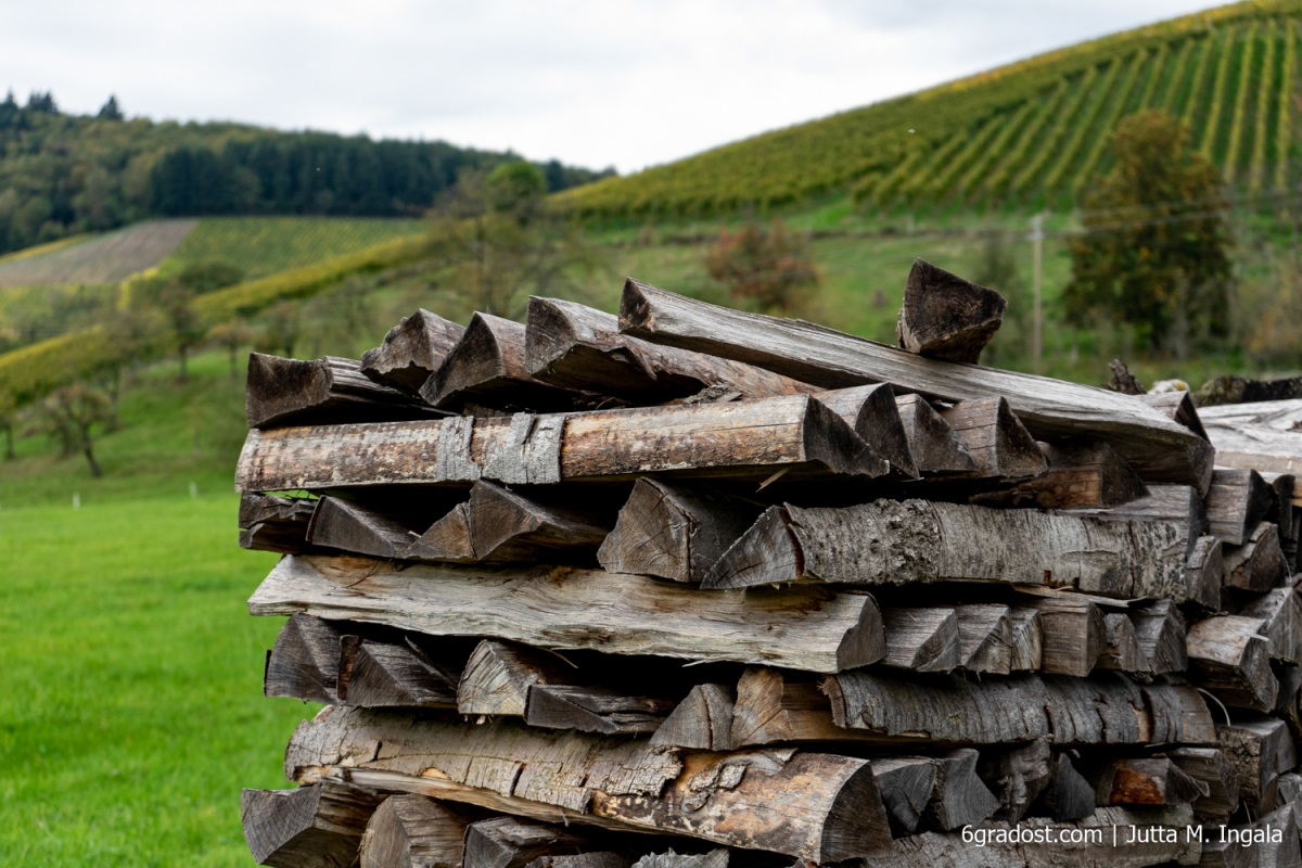 Akkurat geschichtetes Brennholz am Wegesrand