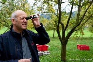 Udo Opel prüft den Öchsle-Gehalt