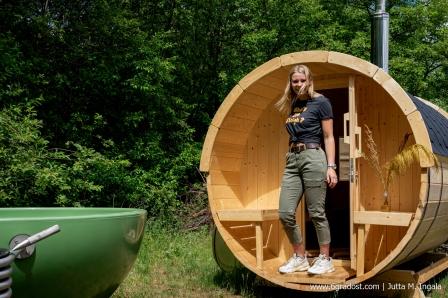 Hot Tub und Sauna im Freiluft-Wellness-Bereich