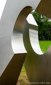 """""""Open schakel"""" – offenes Kettenglied – ist ein Kunstwerk von Piet Slegers am deutsch-niederländischen Grenzübergang bei Zwillbrock"""