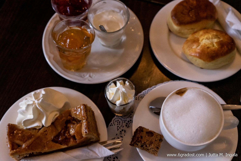 Scones, Appeltaart und Cappuccino im De Pelikaan