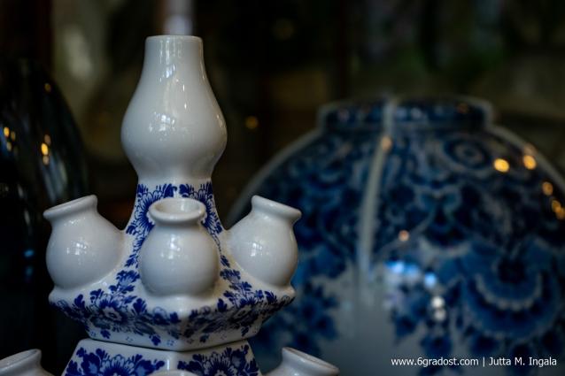 Moderne Interpretation der Tulpenvase in Delfts Blauw, Horta Bloembinders